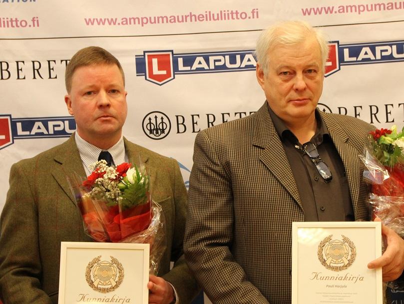Ville Maijanen ja Pauli Harjula vastaanottamassa SAL:n ympäristöpalkintoa 3.12.2016 VALO-talolla